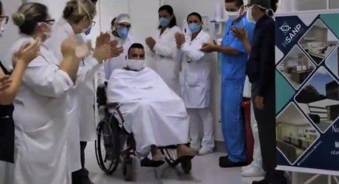 Edson é aplaudido por médicos ao deixar a UTI em hospital onde ficou em coma durante 15 dias por covid-19