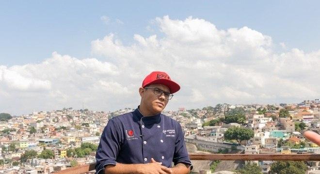 O chef Edson Leite usa o que tem na geladeira para ensinar gastronomia