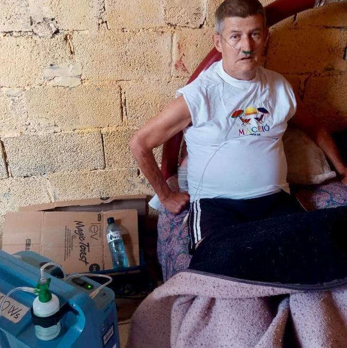 Edson Liberato Ferreira vive com a ajuda de um cilindro de oxigênio