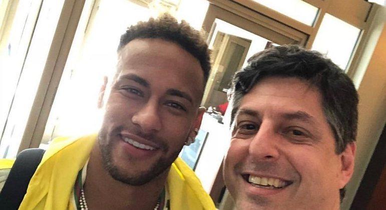 Leonardo Baran e Neymar: 'Pegando a pulseirinha'