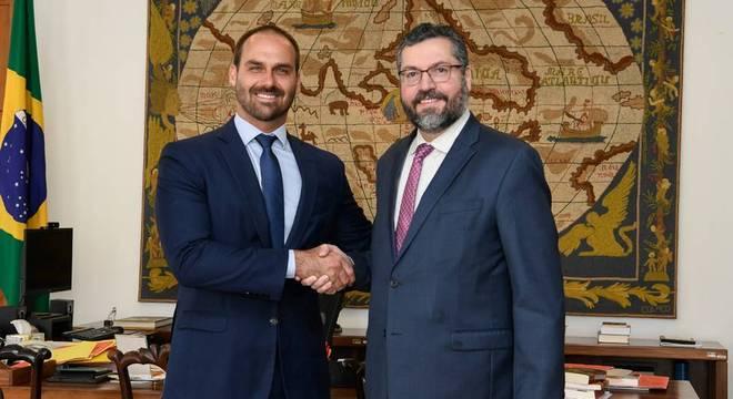 Ernesto Araújo apoia indicação de Eduardo Bolsonaro para embaixada nos EUA