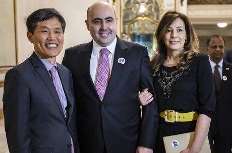 Cônsul da Coreia, Hak You Kim, bispo Eduardo Bravo e sua esposa, Claudinéia Bravo