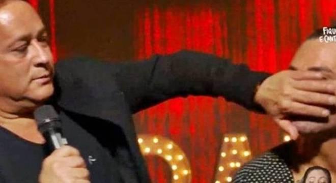 Leonardo tapando a boca de Eduardo durante live