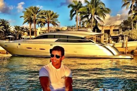 Eduardo Costa em embarcação no Lago de Furnas