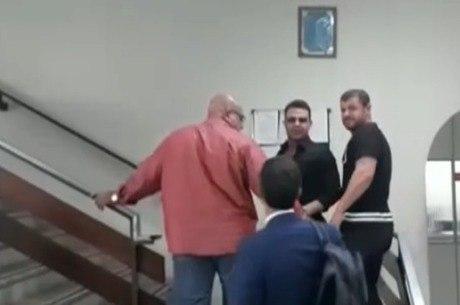 Cantor chegou na companhia do advogado