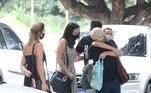A filha, Mariana, que veste um macacão e máscara preta para a cerimônia, foi vista com a mãe, Bel Gomes. Elas abraçaram outras pessoas que também estão presentes na cerimônia