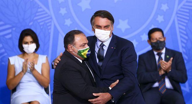 O ministro Eduardo Pazuello e o presidente Jair Bolsonaro durante cerimônia de posse