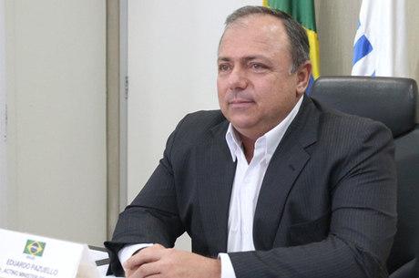 "Bolsonaro diz que Pazuello será o ministro da Saúde ""por muito tempo"""