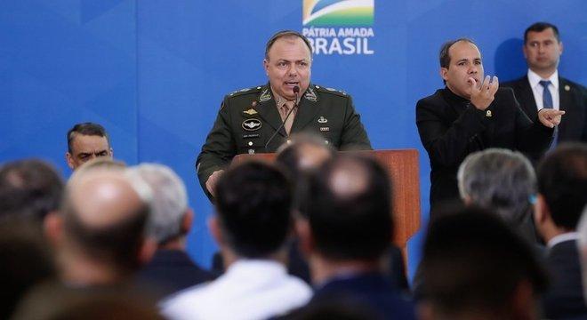 Militar chegou a Brasilia semanas atrás para coordenar transição entre Mandetta e Teich; agora, assumirá pasta interinamente