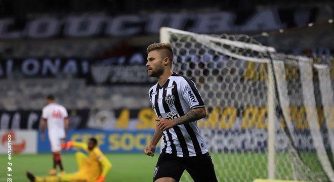 Eduardo Sasha aproveitou a defesa do Flamengo marcando em linha. Fez dois gols