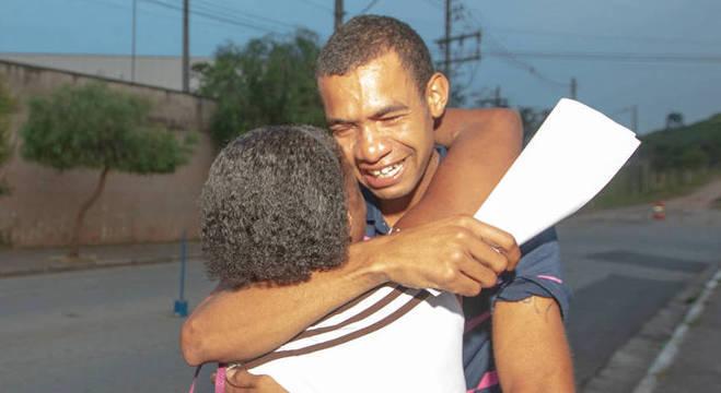 Edvan abraça sua mãe, logo após deixar a prisão nesta terça (2)