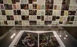 """BRA50. SAO PAULO (BRASIL), 03/09/2021.- Fotografía de una obra de la exposición """"Letter to the old world"""" del artista Jaider Esbell ayer, durante la apertura para medios de la 34ª edición de la Bienal de Sao Paulo (Brasil), bajo el título """"Aunque está oscuro, todavía canto"""". Con más de 90 artistas y un millar de obras, la 34ª edición de la Bienal de Sao Paulo abrirá sus puertas este sábado con la misión de """"abrazar la ciudad"""" y arrojar luz pese a la """"oscuridad"""" que ha marcado el mundo en los años de la pandemia. EFE/ Sebastião Moreira"""