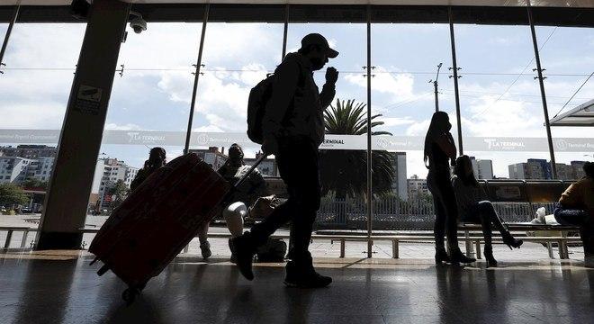 Países barram voos vindos do Reino Unido após descoberta de nova cepa do vírus