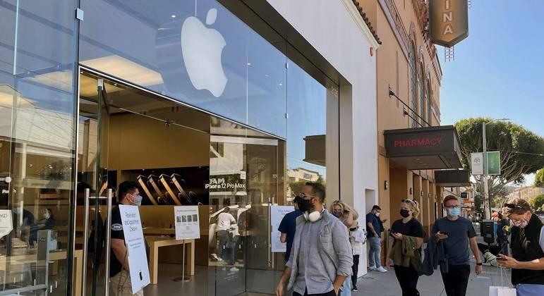 Consumidores passam por loja da Apple em São Francisco, nos Estados Unidos