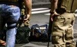 BRA01. CRICIUMA (BRASIL), 01/12/20.- Miembros de la policía recogen el dinero que los asaltantes dejaron en la madrugada de este martes, en una de las calles en Criciuma. Un grupo de 30 hombres encapuchados y fuertemente armados sembraron terror durante el asalto a un banco en Criciúma, una ciudad al Sur de Brasil, donde Los bandidos tomaron rehenes, bloquearon las vías, incendiaron vehículos y dispararon por cerca de dos horas. EFE/ Guilherme Hahn