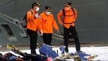 Indonésia: resgate acha partes do avião e restos humanos no mar