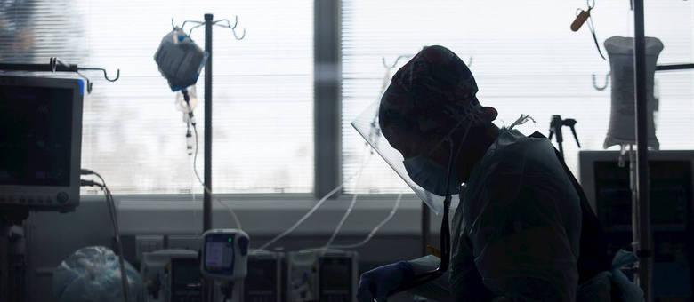 Na imagem, paciente e funcionária no Hospital Clínico da Universidade do Chile