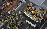 Jair Bolsonaro cuimprimenta multidão na avenida Paulista