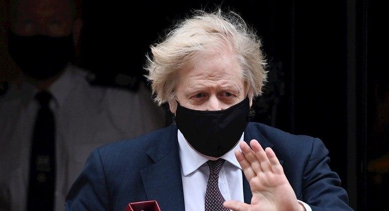 Boris Johnson deve anunciar as medidas na tarde desta segunda-feira (10)