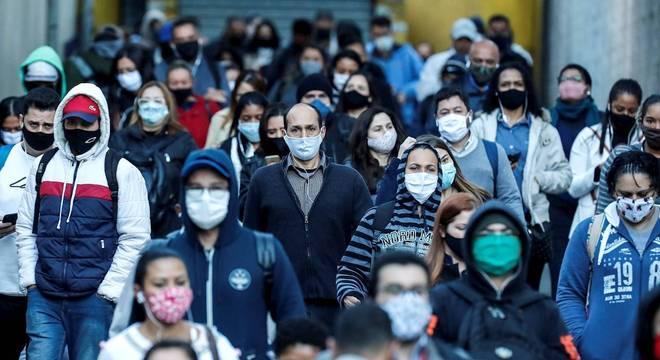 Mundo bate novo recorde de casos de covid-19 em 24 horas, diz OMS