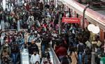 AME647. SAO PAULO (BRASIL), 26/08/2020.- Decenas de pasajeros desembarcan del tren en la estación Luz hoy, en el centro de Sao Paulo (Brasil). Brasil, el segundo país con más muertes y casos por coronavirus en el mundo, completa este miércoles seis meses desde que registró su primer contagio con la curva de contagios aparentemente estabilizada. El país superó los 116.000 fallecidos por covid-19 y el total de casos confirmados es próximo a los 3,7 millones. EFE/ Sebastiao Moreira