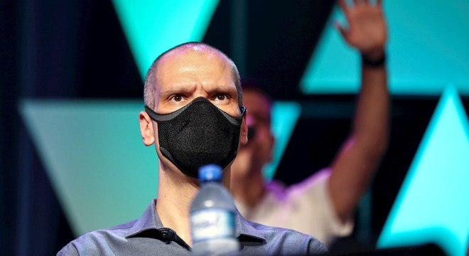 Fora do debate, Bruno Covas vira alvo de críticas em embate de candidatos