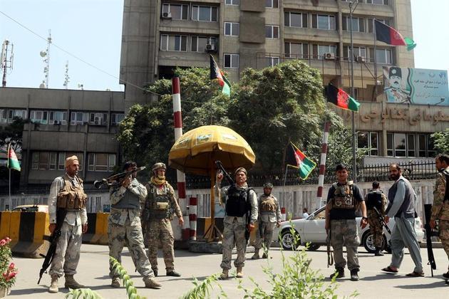 Oficiais de segurança afegãos fazem guarda em pontos estratégicos da cidade, depois que o grupo extremista chegou a Cabul