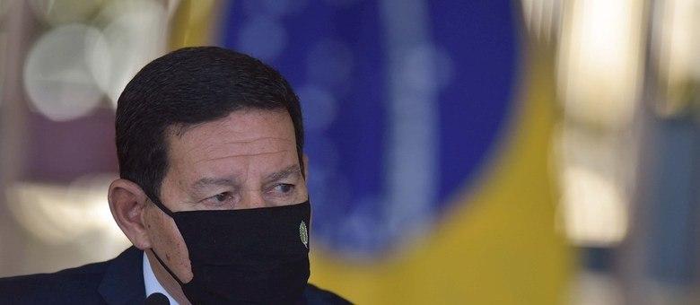 """AME2670. BRASILIA (BRASIL), 15/07/2020.- El vicepresidente de Brasil, Hamilton Mourao, habla durante una conferencia de prensa este miércoles, en el Palacio Itamaraty de la ciudad de Brasilia (Brasil). El Gobierno brasileño se comprometió ha adoptar """"las medidas posibles"""" para contener la deforestación en la Amazonía, presionado por inversores que amenazan con retirarse del país si no se le pone coto a esa degradación. Seremos evaluados por la eficacia de nuestras acciones y no por la nobleza de nuestras intenciones"""", admitió Mourao tras una reunión de un concejo gubernamental que busca """"soluciones para la Amazonía"""", en momentos en que en esa región ya se registra un elevado número de focos de incendios. EFE/ Andre Borges"""
