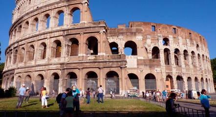 Foto panorâmica do Coliseu, em Roma