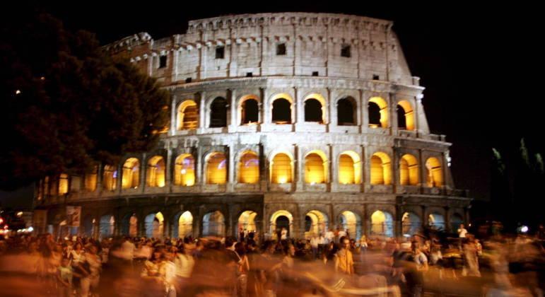 Centenas de pessoas lotam a praça central do Coliseu durante a Noite Branca de Roma em 2006
