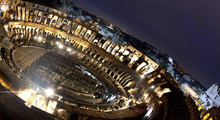 Vista aérea do Coliseu em Roma (Italia) com iluminação noturna