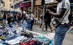 BRA50. SAO PAULO (BRASIL), 01/09/2020.- Vendedores ambulantes trabajan en la calle 25 de Marzo, una vía comercial, hoy en el centro de Sao Paulo (Brasil). Brasil volvió a entrar en recesión tras una caída récord de su PIB del 9,7 % en el segundo trimestre de este año frente a los tres meses anteriores, golpeado por las medidas de aislamiento para contener la pandemia de coronavirus, según informó este martes el Gobierno. EFE/ Sebastiao Moreira