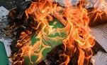 """-FOTODELDIA- EA4188. MANDALAY (BIRMANIA), 01/04/2021.- Manifestantes queman una copia de la Constitución mientras continúan las protestas contra el golpe de Estado de la junta militar en Mandalay, Birmania, este jueves. El llamado gobierno civil de Birmania (Myanmar), formado por cargos electos depuestos por la junta militar, anunció que considera abolida la Constitución de 2008 que inició la transición democrática tutelada por los militares, cuando se cumplen dos meses del golpe de Estado de la junta militar. El Comité de Representantes de la Asamblea de la Unión (CRPH), autoproclamado como gobierno legítimo, realizó el anuncio en la noche del miércoles en un comunicado en las redes sociales en el que, además de considerar nula la constitución de 2008 después del golpe de Estado del 1 de febrero, propuso una """"carta democrática federal"""" que funcione de forma interina. EFE/ StrP"""