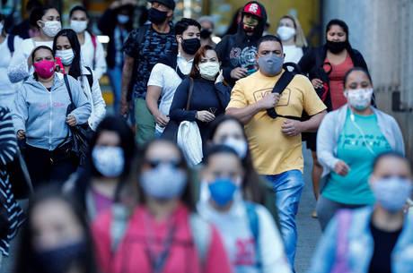 Brasileiros na Espanha alertam quem ficou: não é uma gripe