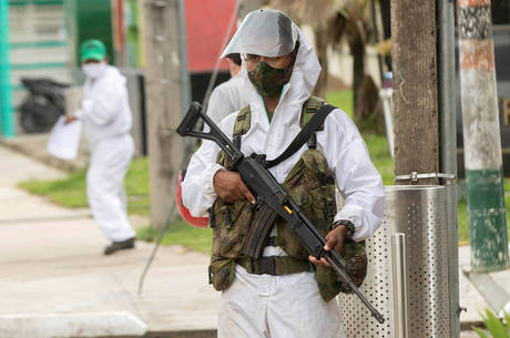 Soldados do exército brasileiro auxiliam colombianos na fronteira