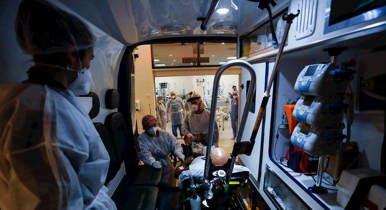Paciente é transferido em Porto Alegre (RS); região sul tem tem expectativa de alta da doença
