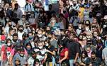 AME8179. SAO PAULO (BRASIL), 07/01/2021.- Decenas de pasajeros desembarcan del tren en la estación Luz hoy, jueves en el centro de Sao Paulo. El Gobierno de Sao Paulo solicitó este jueves la autorización para el uso de emergencia de la vacuna contra la covid-19 desarrollada por el laboratorio chino Sinovac en asociación con el laboratorio brasileño Butantan, después de mostrar una eficacia del 78 %. EFE/ Sebastiao Moreira