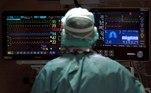 -FOTODELDIA- GRAFCAT5110. BARCELONA, 25/11/2020.- Un profesional sanitario trabaja en la UCI del Hospital Vall d'Hebron de Barcelona este miércoles, cuando los hospitales catalanes siguen aliviando su situación y hoy han logrado bajar de la barrera de 2.000 pacientes de COVID hospitalizados y de 500 graves en la UCI, aunque en las últimas 24 horas se han diagnosticado 1.704 nuevos contagios y se han reportado otros 30 fallecidos. EFE/Alberto Estévez