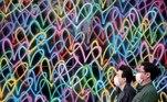 FOTODELDIA- Tokio (Japón), 17/11/2020.- Los transeúntes con masacaruillas pasan ante una pared pintada en un distrito de negocios en Tokio, este martes. EFE/FRANCK ROBICHON