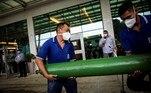 AME9341. MANAOS (BRASIL), 14/01/2021.- Dos hombres cargan un cilindro de oxígeno en el Hospital Universitario Getúlio Vargas hoy, en Manaos (Brasil). Manaos, mayor ciudad de la Amazonía brasileña, enfrenta a partir de este jueves un toque de queda de once horas diarias, entre las 19.00 y las 6.00 del día siguiente, ante el colapso sanitario causado por la covid y que obligó a las autoridades a enviar sus enfermos a otras ciudades. EFE/ Raphael Alves