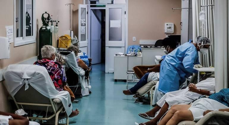 País chegou a 300 mil mortos pela doença no último dia 24