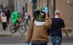 Moscow (Russian Federation), 29/07/2021.- Russian man wearing a protective face mask and gloves walks on the street in Moscow, Russia, 29 July 2021. Russia is facing a third wave of Covid-19 infections amid the ongoing coronavirus pandemic. (Rusia, Moscú) EFE/EPA/YURI KOCHETKOV