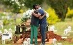 -FOTODELDIA- AME3714. BRASILIA (BRASIL), 29/04/2021.- Un grupo de personas asiste al entierro de un ser querido víctima de covid-19 hoy, en el cementerio Campo da Esperança, en la ciudad de Brasilia (Brasil). Brasil sobrepasó este jueves los 400.000 fallecidos por covid-19 desde el inicio de la pandemia hace poco más de un año, según informó un consorcio de medios de comunicación con base en datos de los Gobiernos regionales. EFE/ Joédson Alves