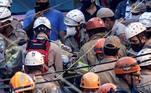 RÍO DE JANEIRO (BRASIL), 03/06/2021.- Los bomberos rescatan a una mujer entre los escombros de un edificio residencial de cuatro pisos que se derrumbó este jueves en la ciudad brasileña de Río de Janeiro. Tres personas fueron rescatadas y al menos otras tres siguen bajo los escombros, aunque por el momento las autoridades desconocen si hay víctimas mortales. EFE/ANTONIO LACERDA