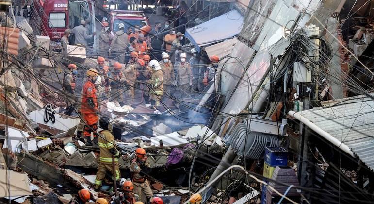 Corpo de Bombeiros em trabalho de resgate durante desabamento do prédio