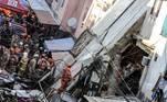 RÍO DE JANEIRO (BRASIL), 03/06/2021.- Tres personas fueron rescatadas y al menos otras tres siguen bajo los escombros de un edificio residencial de cuatro pisos que se derrumbó este jueves en la ciudad brasileña de Río de Janeiro, aunque por el momento las autoridades desconocen si hay víctimas mortales. EFE/ANTONIO LACERDA