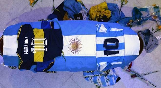 O caixão onde está o corpo de Diego Armando Maradona. Imagem inesquecível
