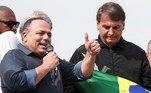 """AME193. RIO DE JANEIRO (BRASIL), 24/05/2021.- El general Eduardo Pazuello (i), exministro de Salud, y el presidente de Brasil, Jair Bolsonaro, participan en un acto político ayer, en Río de Janeiro (Brasil). El vicepresidente brasileño, Hamilton Mourao, dijo este lunes que el general Eduardo Pazuello, exministro de Salud, puede ser """"castigado"""" por el Ejército por haber asistido a un acto político promovido por el presidente Jair Bolsonaro. EFE/ Antonio Lacerda"""