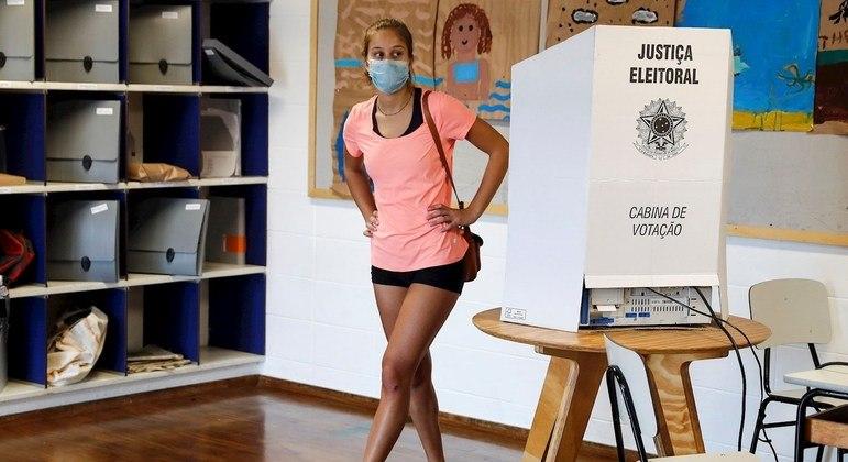Iniciativas tentam atrair o voto de jovens após queda de participação em eleições