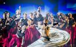 -FOTODELDIA- EA4818. ROTTERDAM (HOLANDA), 20/05/2021.- Ahmad Joudeh con el jugador de BMX Dez Maarsen de ISH Dance Collective durante la segunda semifinal de la 65a edición del Festival de la Canción de Eurovisión (ESC) en el Rotterdam Ahoy Arena hoy, en Rotterdam (Holanda).EFE/ Sander Koning / Pool